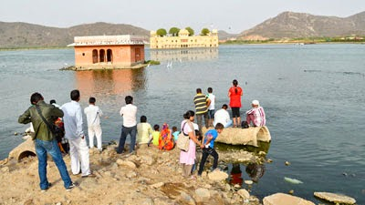 girls and peoples looking jal Mahal