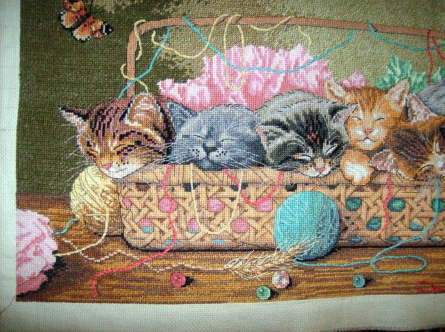 Вышивка корзина с котятами
