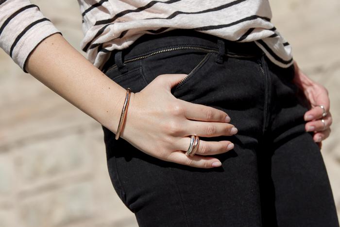 Detalle jeans negros con cremalleras en la cintura de Zara