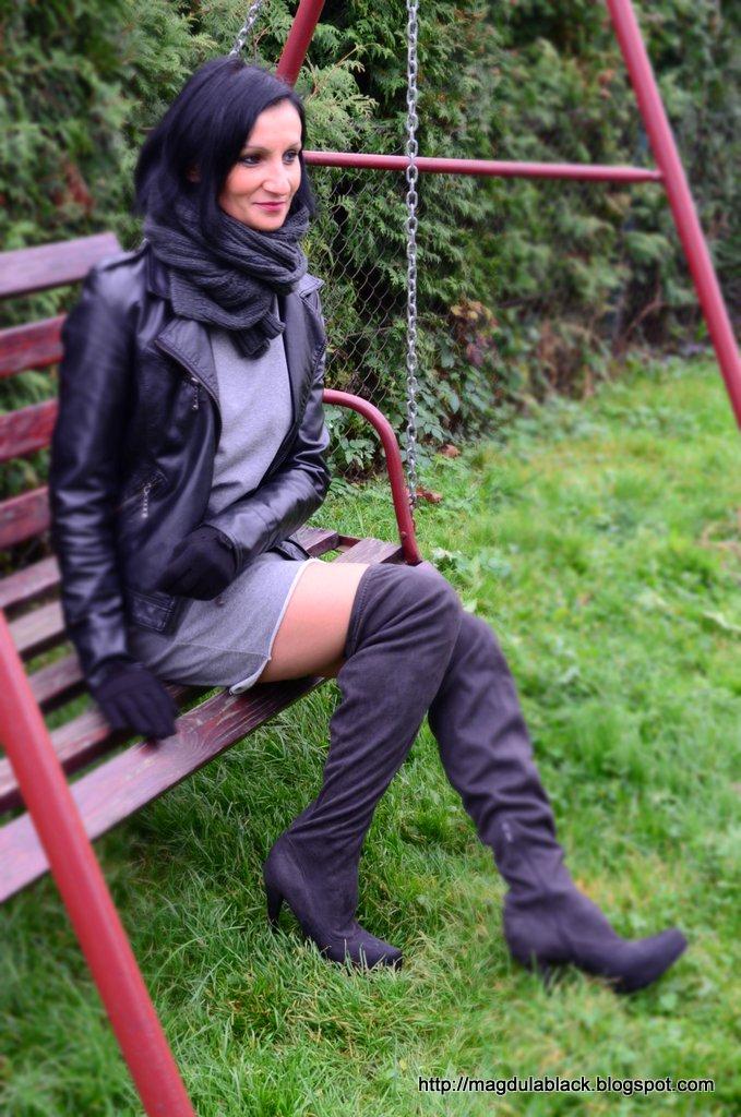 Kozaki za kolano, modna szara sukienka z kieszeniami i futrzana kamizelka