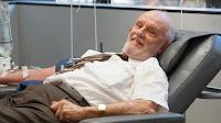 """El hombre del """"brazo de oro"""", se retira después de salvar a 2,4 millones de bebés"""