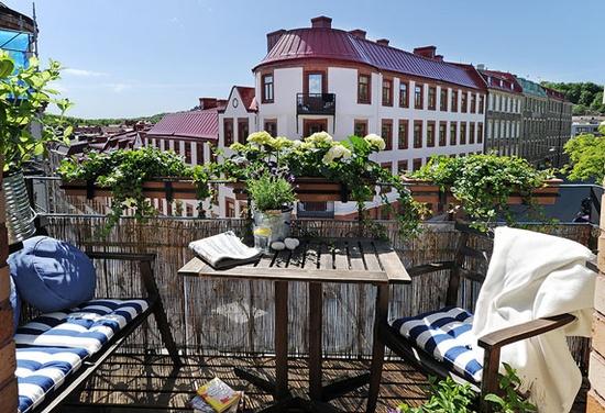 балкон со столиком и цветами