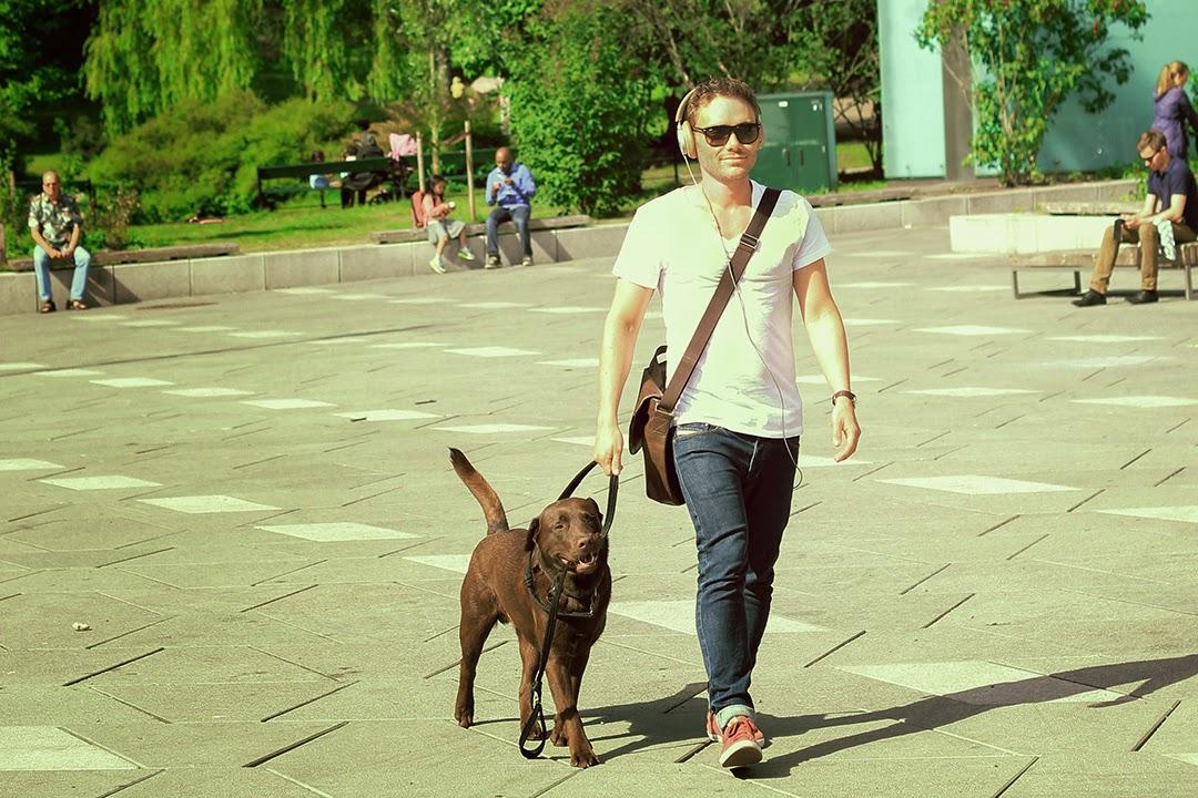 Chłopak z psem, brązowy labrador, Oslo