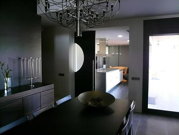 Marzua una moderna y luminosa cocina distribuida en for Diseno cocinas paralelo