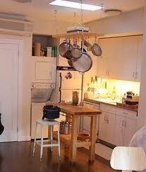 Isla de madera para cocina de muebles blancos