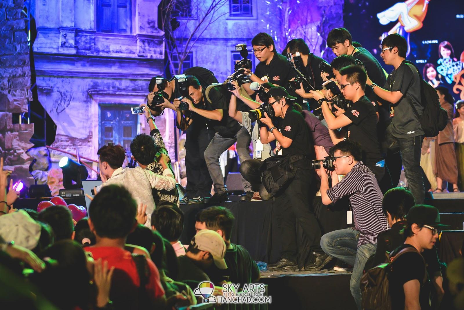 东与哲和粉丝自拍,媒体朋友多拍