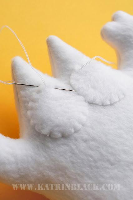 Как сшить игрушку - кота Саймона своими руками? Пришиваем глаза