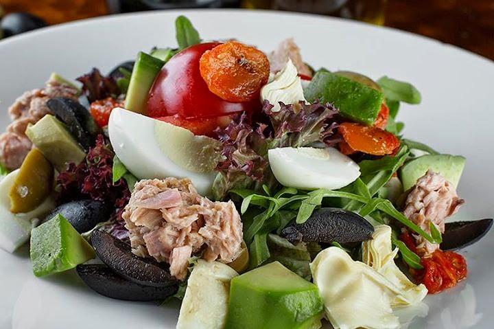 Чем заправляют салат в ресторане