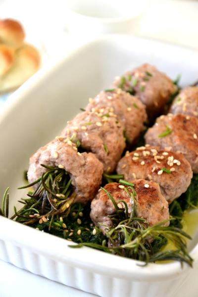 polpette di maiale con rosmarino e spinaci lessati