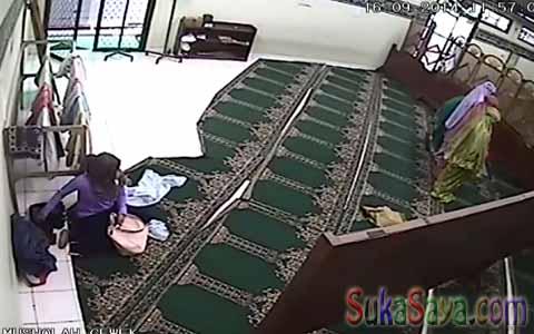 wanita ini sedang mencuri dalam masjid