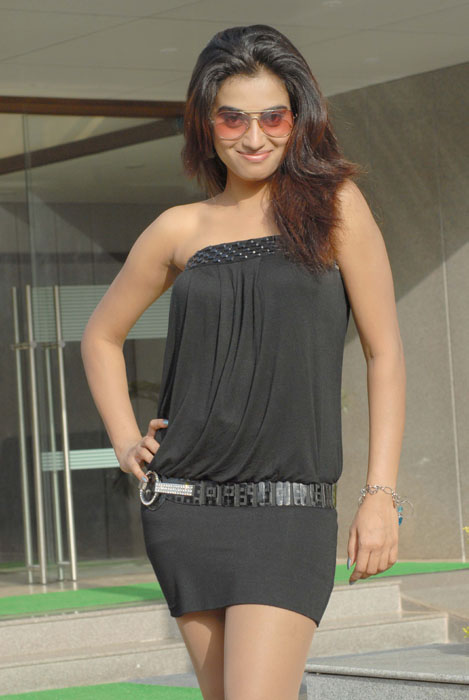 HOT ACTRESS DIMPLE CHOPRA IN SEXY DRESS gallery pictures