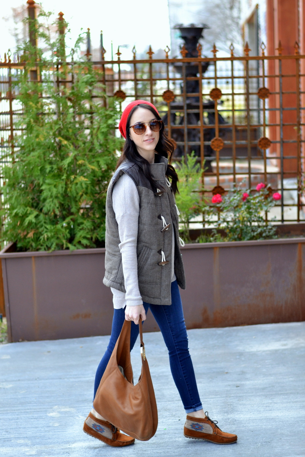 Casual look with a beanie and vest