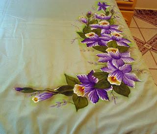 colcha de cama com pintura de orquideas
