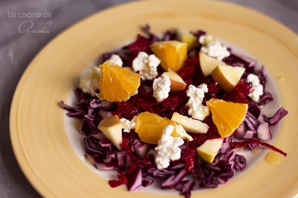 Ensalada de col lombarda, frutas y queso cottage