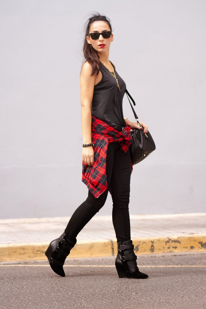 Streetstyle Total Black outfit with red tartan bomber jacket