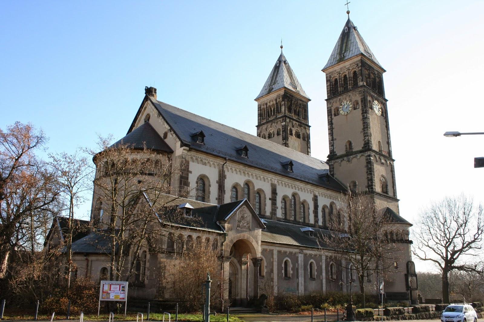 Die Taborkirche wurde einer romanischen Basilika nachempfunden und ist Leipzigs einzige Kirche mit 2 Haupttürmen - 1905 wurde die direkt davorstehende einfache Chorturmkirche abgerissen, da diese zu klein wurde - wird betrieben von der Ev.-Luth. Tabor-Kirchgemeinde in Leipzig-Kleinzschocher