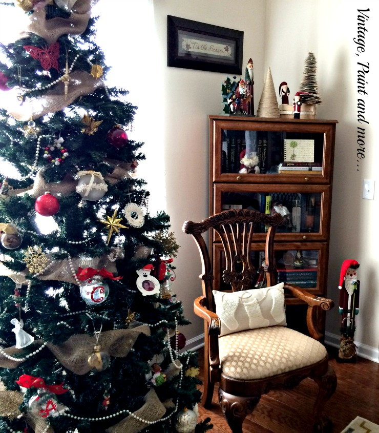 Vintage, Paint and more... Christmas tree decor with vintage ornaments and Santas