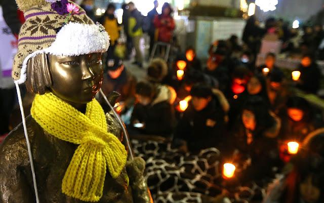 Protesta nocturna en la estatua en honor de las comfort women ante la Embajada de Japón en Seúl