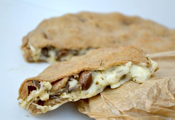 focaccia ai formaggi con olive e funghi trifolati
