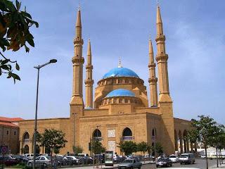 ثلاث فتيات دخلوا المسجد بملابس السباحة