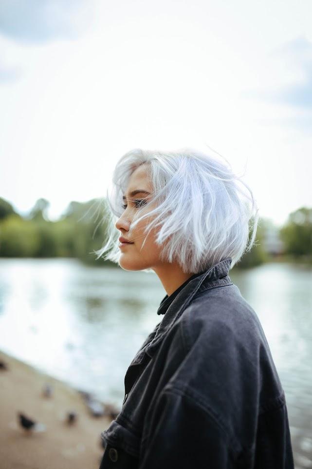 Erika Bowes cabelo cinza