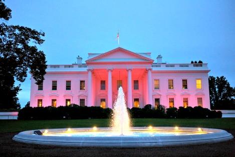 O mundo iluminado no outubro rosa
