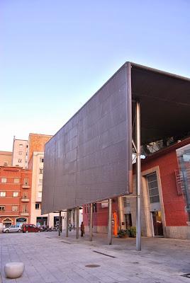 Façana del Mercat Municipal d'Abastaments. Mercat del Lleó. Girona. Altres llocs d'interès.