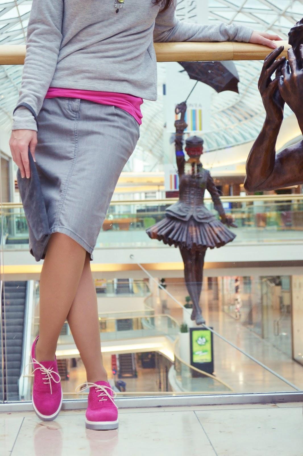 Grey mouse_Katharine-fashion is beautiful_Sivá rifľová sukňa_Sivá semišová kabelka_Katarína Jakubčová_Fashion blogger