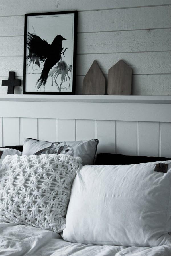 svart fågel, vit sänggavel, sovrum i vitt och svart, kuddar i sängen, diy kors, tavla, renoverat sovrum, ljust, liggande panel på väggen, inreda i vitt, inredningsdetaljer, inspiration sovrum, virkad kudde, svarta kuddar, kudde med fåglar,