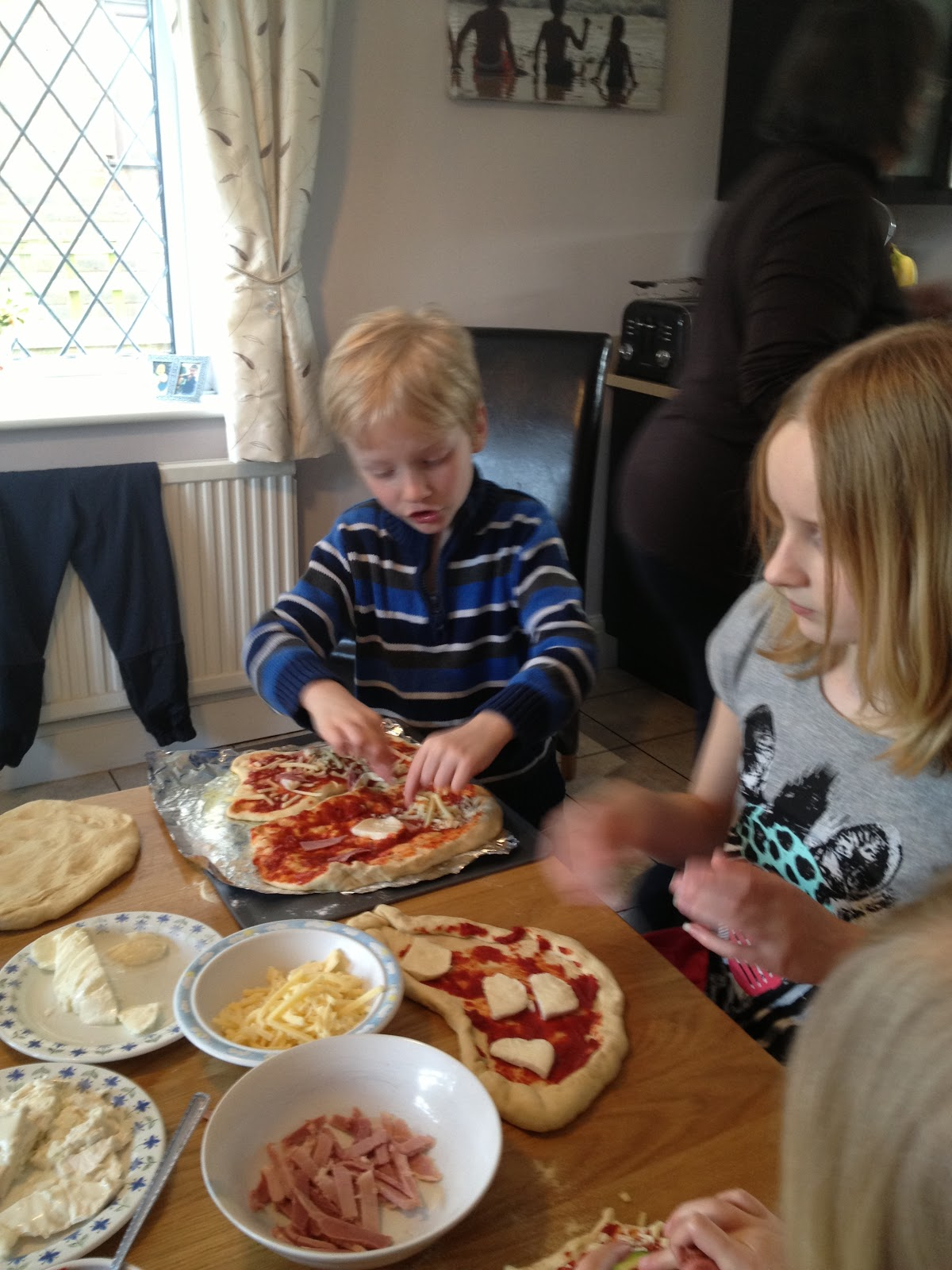 children decorating pizzas