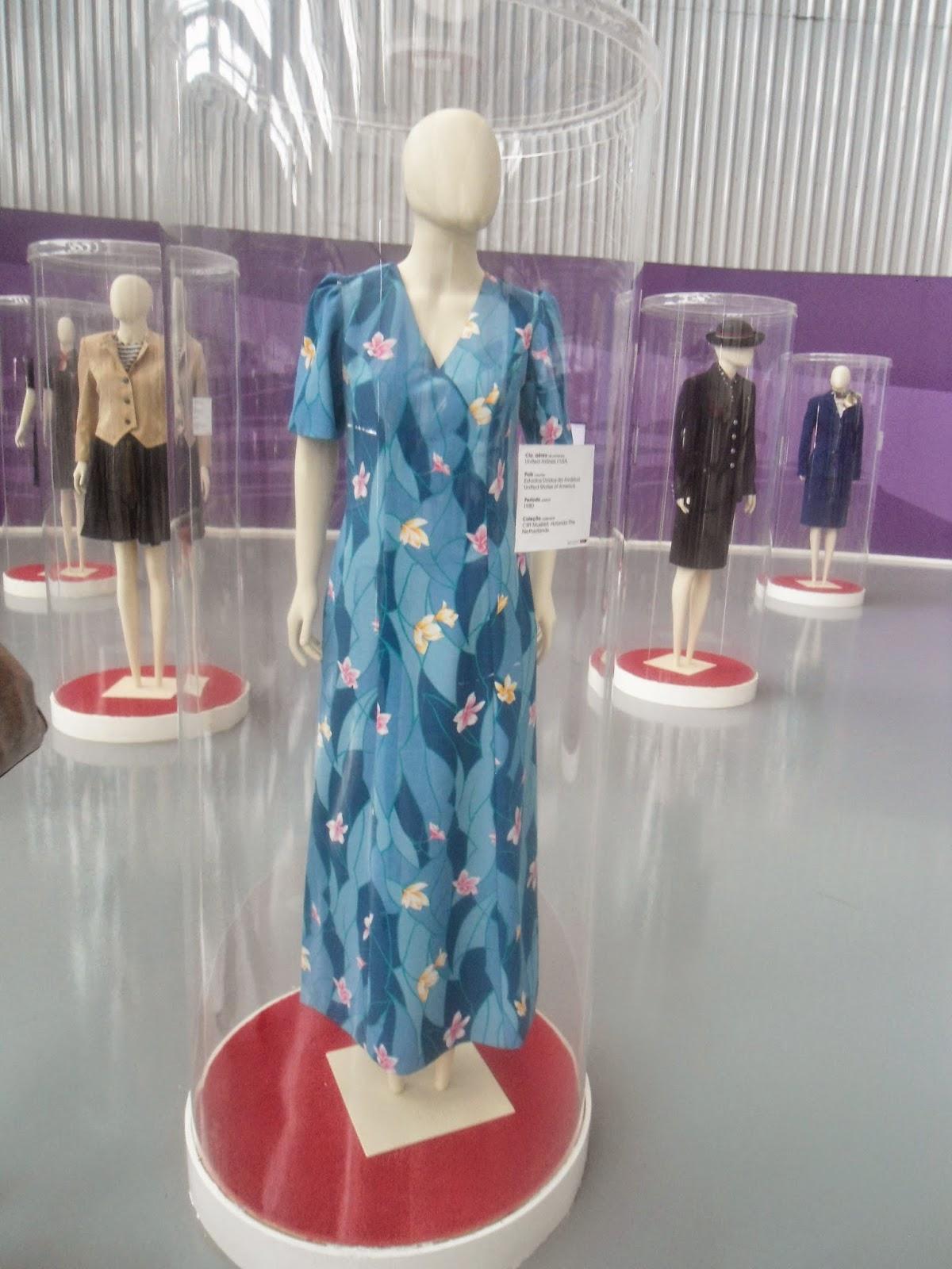Além disso existe uma exposição dos uniformes de comissárias de  #92393D 1200x1600 Banheiro Avião Tam