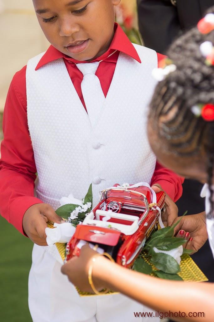 des enfants sortent les alliances d'une voiture modèle réduit