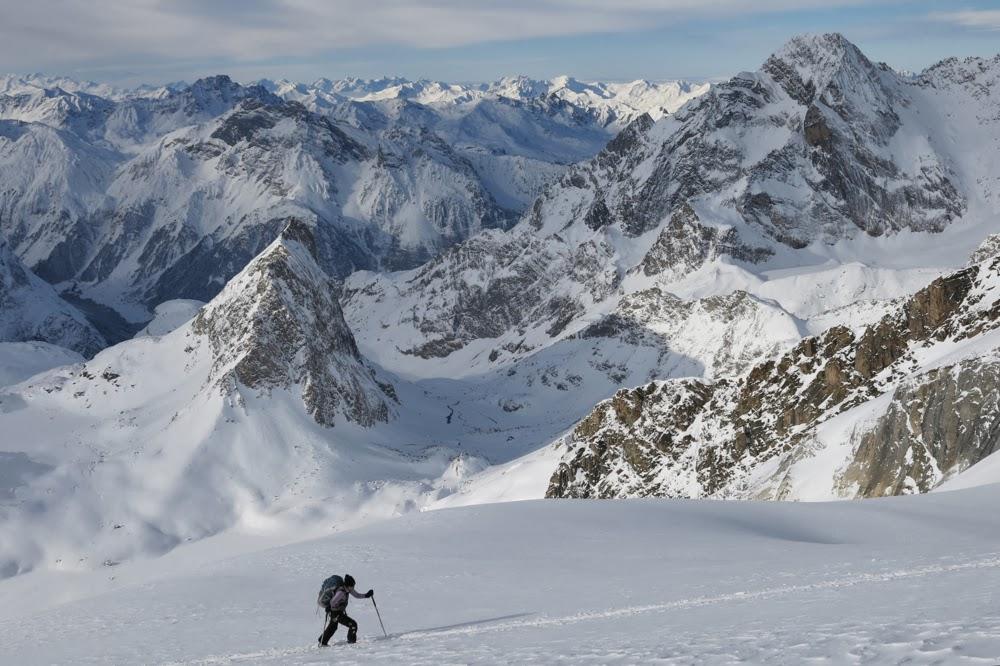 Sur le Glacier des Garnds Couloirs. Au fond l'Aiguille de la Vanoise.