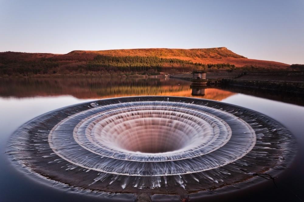Um funil que é o túnel de drenagem no reservatório de Ledibauer