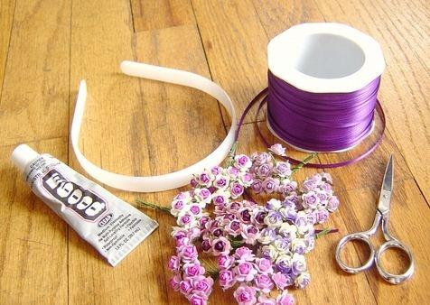 Paso a paso  Diadema de flores para niñas 1.,Forramos con el listón la diadema de plástico,comienza de está manera,usa el pegamento de contacto para pegar