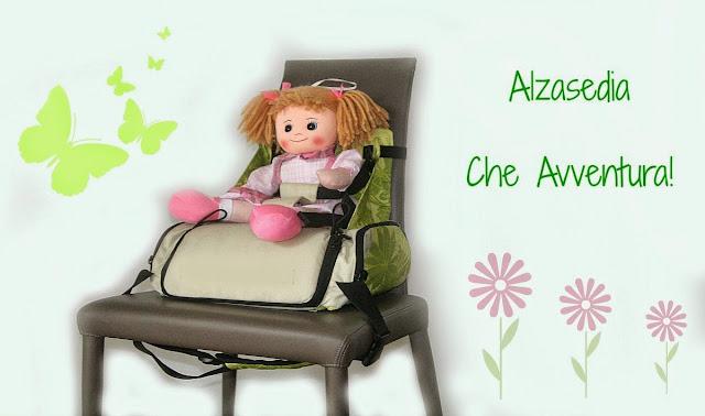 Bambola seduta su alzasedia su sedia scusa e scritta verde Alzasedia che Avventura.