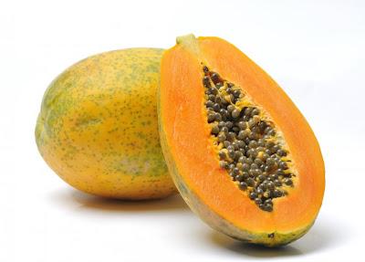 The papaya fruit; lends its name to the Colombian warning phrase 'dar papaya'