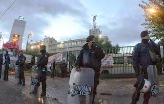 Επικοινωνιακός αντιπερισπασμός της συγκυβέρνησης με ΜΑΤ στο ραδιομέγαρο της ΕΡΤ - ΒΙΝΤΕΟ