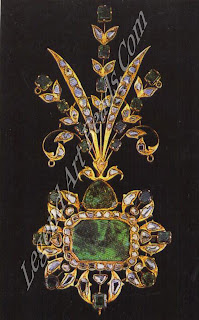 Above: An emerald and diamond turban ornament of late 19th century manufacture which combines Indian techniques of foiling and kundan work with Western claw settings and knife-edge sprays.