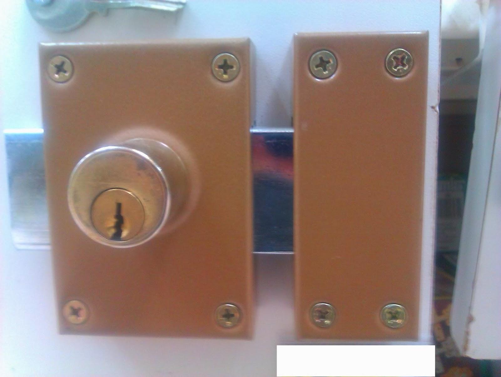 Cerradura de sobreponer en una puerta.