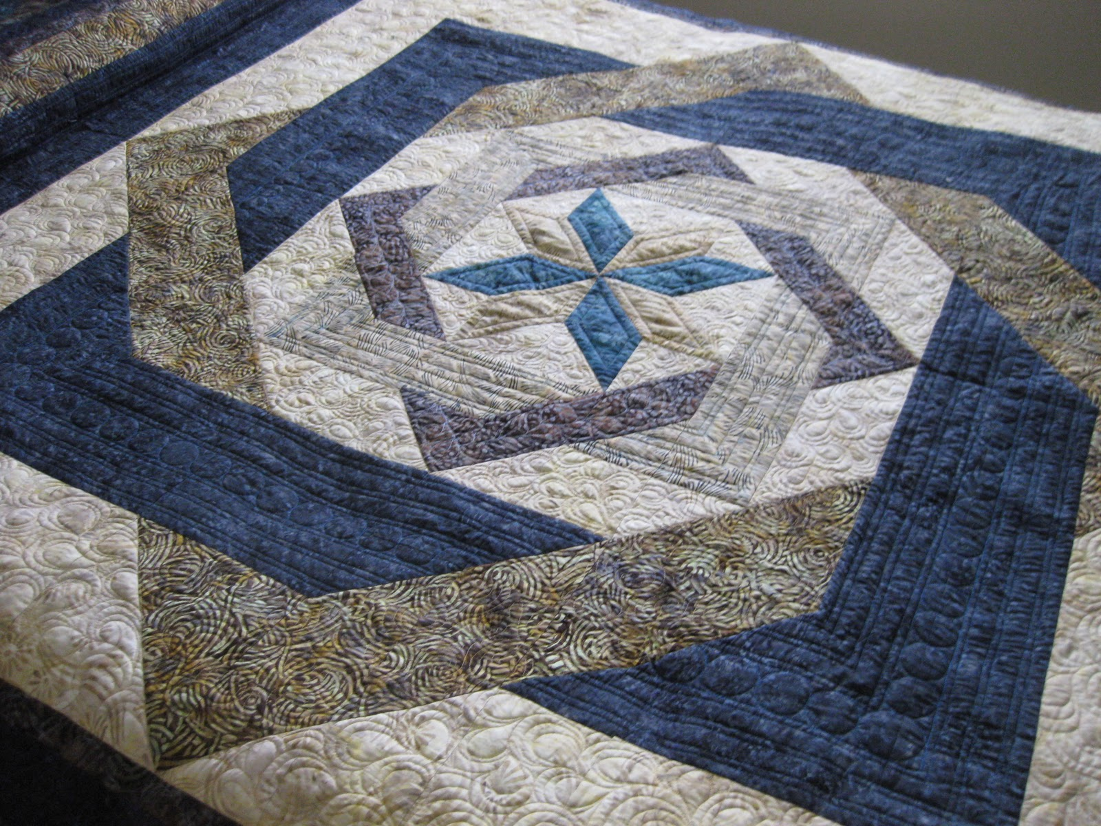 Labyrinth Quilt Pattern Free Download : Joan at Leschenault: Labyrinth Quilt - FMQ