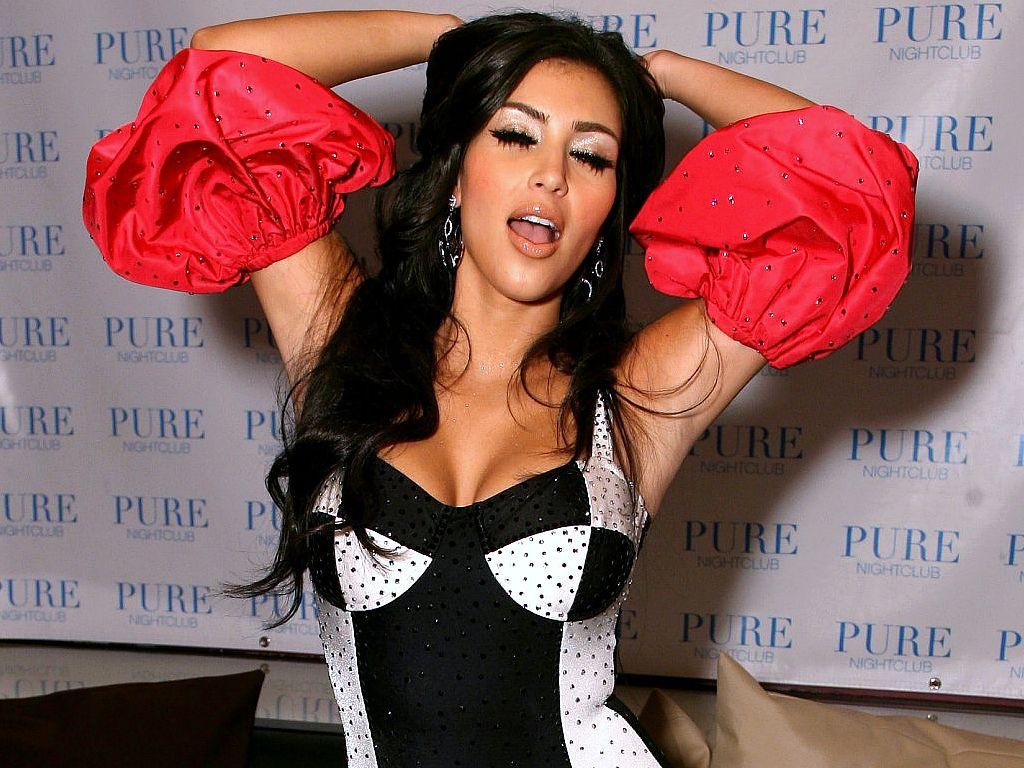 http://1.bp.blogspot.com/-zGJChUrjlYY/TrOvsOg_cVI/AAAAAAAAA90/i0RKh_7-gzQ/s1600/Kim-Kardashian-hq_wallpaper_photo_shoot.jpg