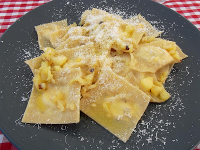 Pasta fresca casera (Agnolotti) rellenos de salmon y queso