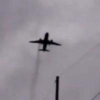 Video flagra motor de avião pegando fogo no ar