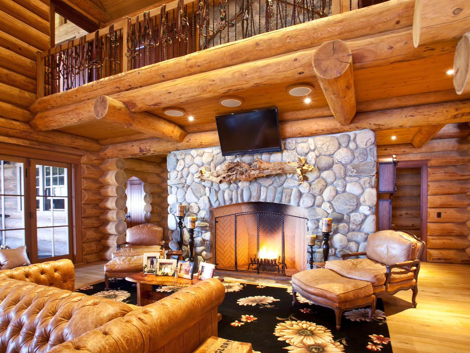 Interiores de caba as de madera con chimenea for Diseno de interiores de cabanas