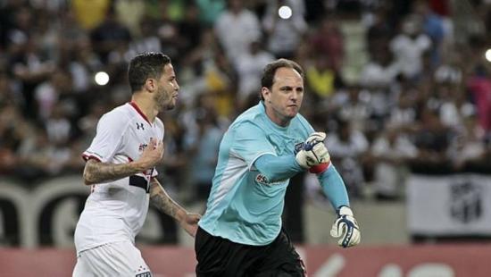 Rogério Ceni comemora gol que abriu o caminho para o São Paulo fazer 3 a 0 no Ceará e se classificar para as quartas de final na Copa do Brasil