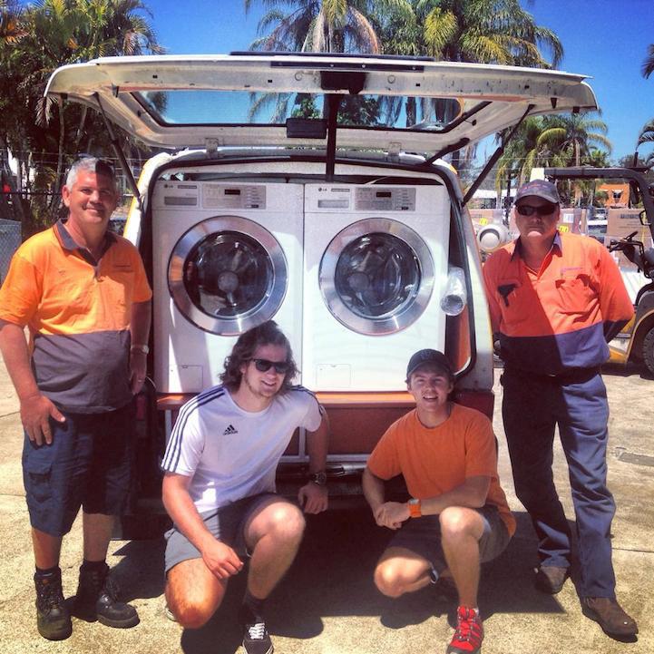 Dos amigos convierten su furgoneta en la primera lavandería móvil de Australia para las personas sin hogar