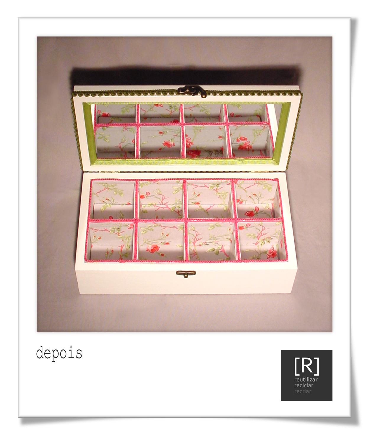corresponde a uma caixa de madeira com oito compartimentos interiores #BD0E25 1252x1486