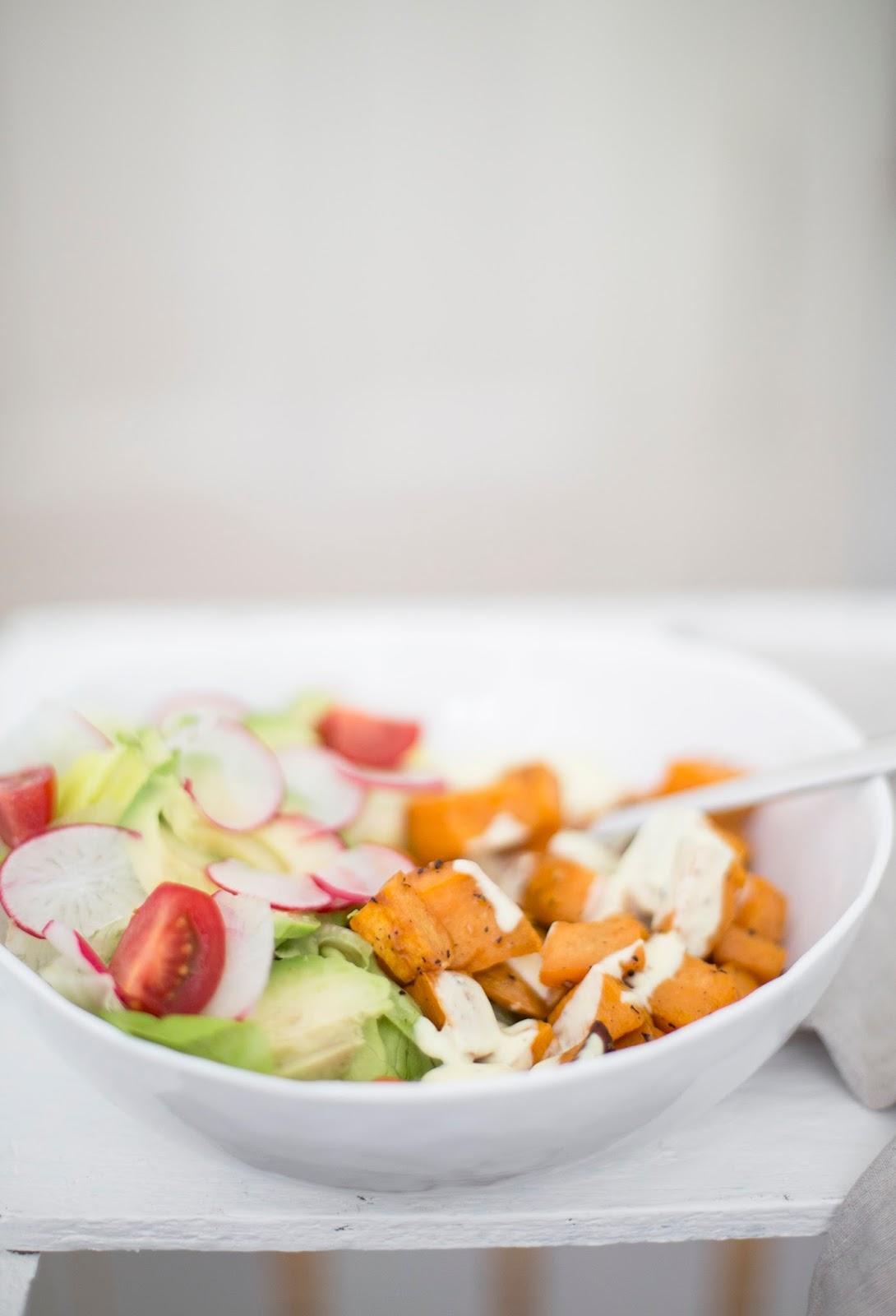 Work Bowl Rezept mit Süßkartoffeln und frischem Salat