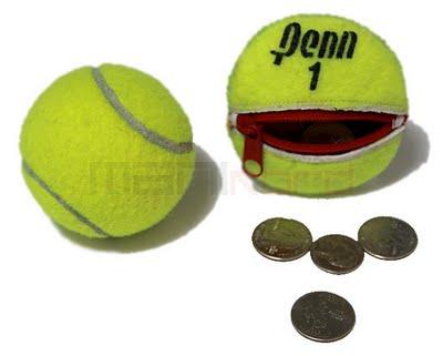 Col riciclo di vecchie pallina da tennis progetto per un portamonete con zip